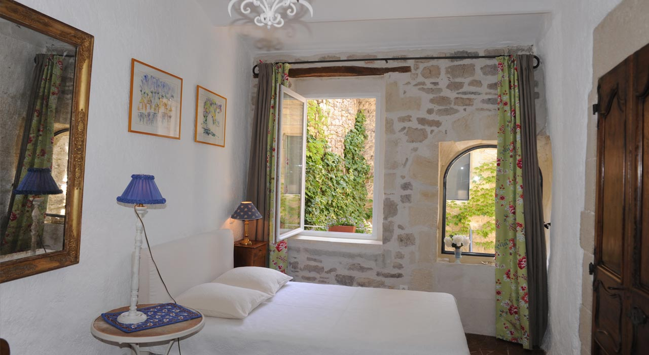 Room le patio bed and breakfast in provence edge of the for Chambre hote ruoms